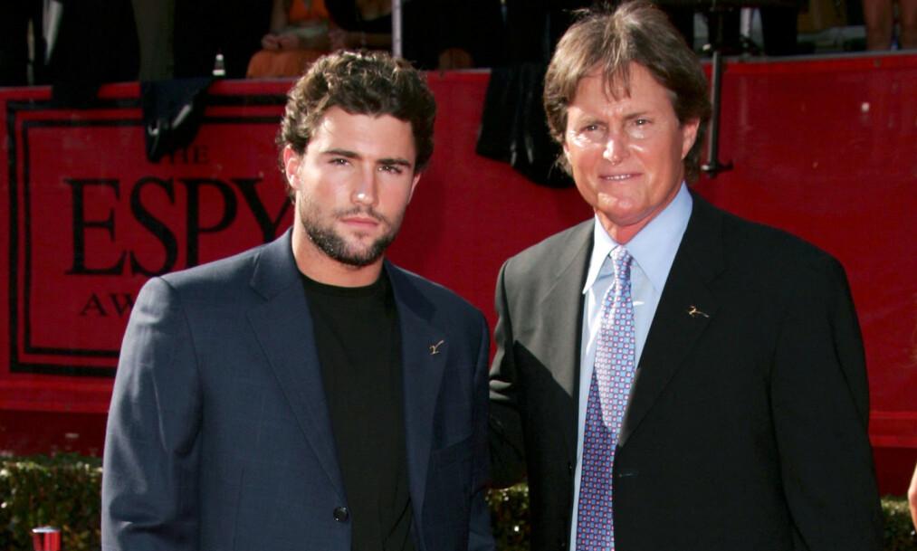 <strong>MED FAREN:</strong> Brody Jenner erkjenner at han ikke så mye til faren, Bruce Jenner i oppveksten, og heller ikke forventer mye av Caitlyn i dag. Her er de to sammen på rød løper i 2005. Foto: NTB Scanpix