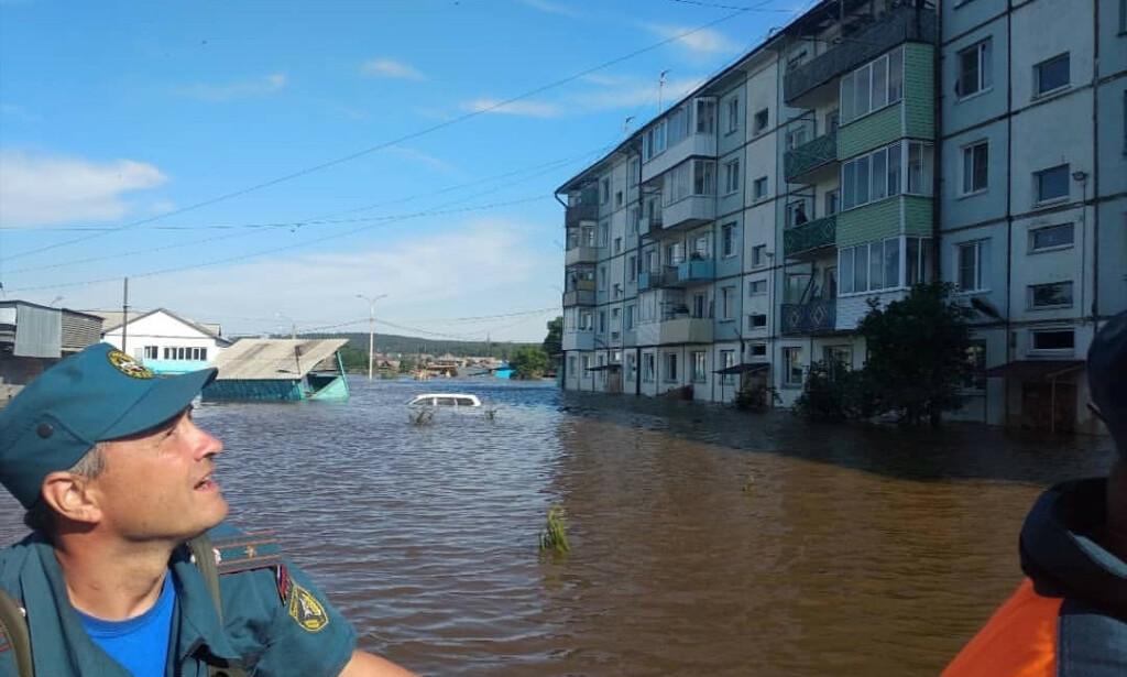 Redningsmannskapet bidrar etter storflommen i Irkutsk-regionen i Sibir. Foto: NTB scanpix / Reuters