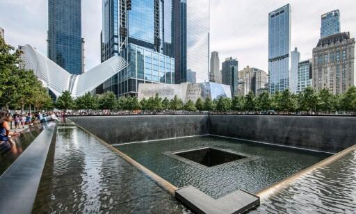 TUSENVIS: Hver dag strømmer tusenvis av turister til Ground Zero, hvor World Trade Center tidligere sto. Foto: NTB Scanpix