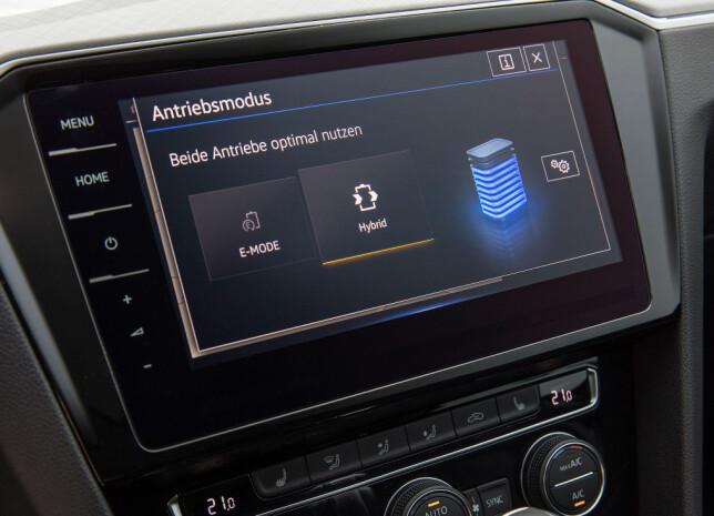 VELG LADENIVÅ: Kjøreprogram velges med knapper på konsollen, og via skjermen kan man velge om man vil spare strømmen på batteriet til senere, eventuelt lade under kjøring, og til hvilket nivå. (Hvert nivå på figuren utgjør ti prosent batterikapasitet). Foto: Ingo Barenschee