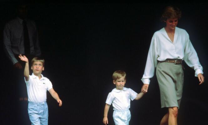 GODT FORHOLD: Prins William og Harry var ofte å se ved morens side. Her er de ute på tur i London i 1988, etter å ha besøkt hertuginnen av York på et lokalt sykehus. Foto: NTB scanpix
