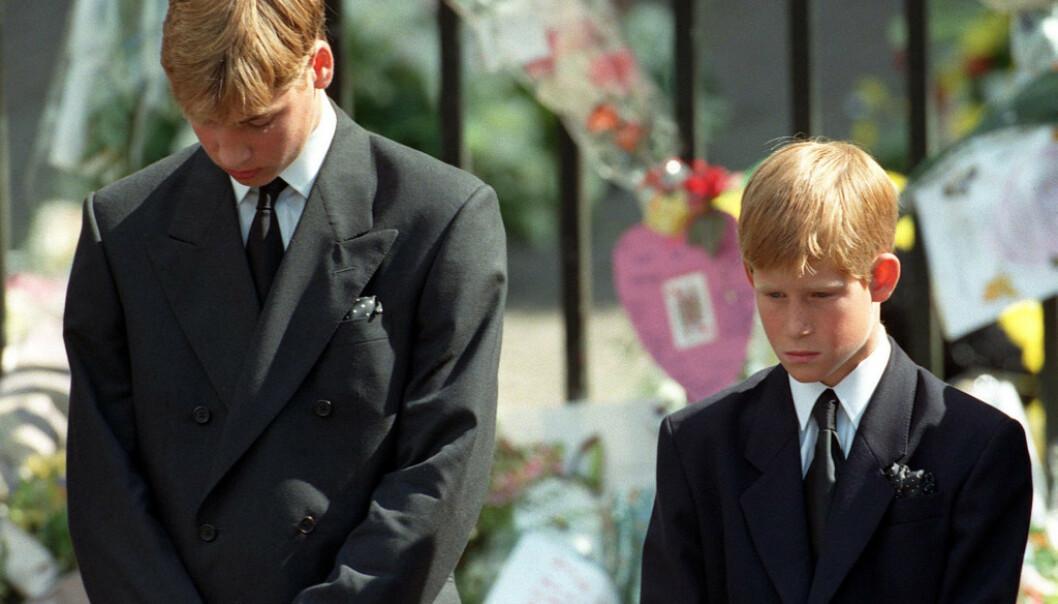 SORG: Mange husker bildene av de to prinsene i morens begravelse i 1997. Det var ingen tvil om at de to unge guttene var lammet av sorg etter Dianas tragiske bortgang. Foto: NTB scanpix