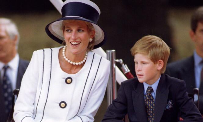 SNAKKET UT: Prins Harry ble kjent som det britiske kongehusets sorte får i tenårene, da utagerende festing og skandaler ofte var å se på forsiden av britiske aviser. De siste årene har han imidlertid jobbet hardt for å reparere ryktet. Foto: NTB scanpix