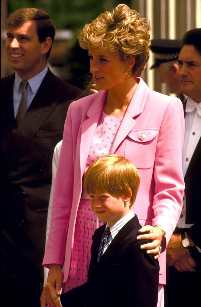 VIL BLI SOM MOREN: Prins Harry snakket mye om hvor viktig det er å være et godt forbilde for andre, noe som moren prinsesse Diana var for mange. Foto: NTB scanpix