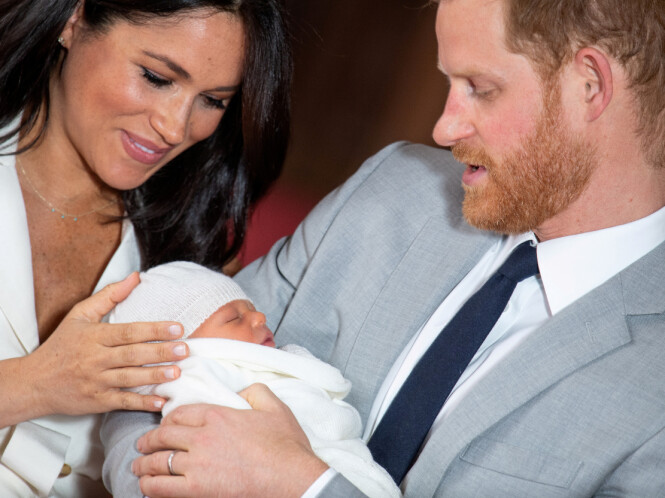 STOLTE FORELDRE: Hertuginne Meghan og prins Harry kunne i mai glede seg over å få sitt første barn, sønnen Archie. Her er familien på tre samlet. Foto: NTB scanpix