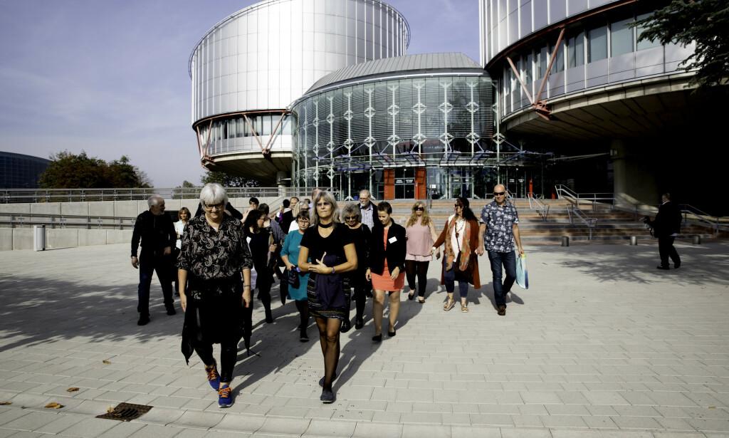 STØTTESPILLERE: Familie, venner og foreldre med egne barnevernssaker tok turen til Strasbourg for å støtte Trude i hennes kamp i Menneskerettsdomstolens storkammer i fjor høst. Foto: Siv Johanne Seglem