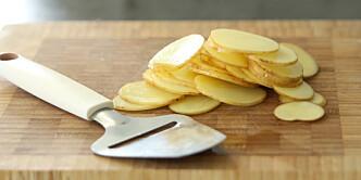 <strong>Skiver:</strong> Skjær potetene i tynne skiver, i så jevn tykkelse som mulig. Foto: Øivind Lie-Jacobsen