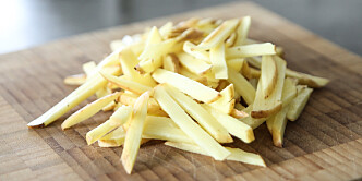 <strong>Strimler:</strong> Skjær potetene i strimler, i så jevn størrelse som mulig. Foto: Øivind Lie-Jacobsen