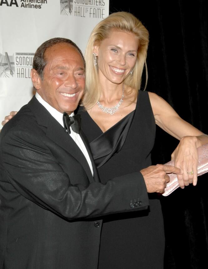 VISTE FREM RINGEN: Anna og forloveden Paul Anka under Songwriters Hall of Fame Awards Induction Ceremony, i New York, America i 2008. FOTO: NTBScanpix