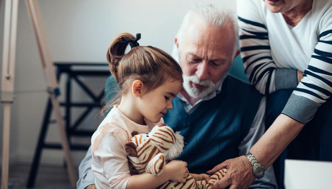 <strong>OVERARBEIDET?:</strong> De fleste besteforeldre elsker å ha barnebarna på besøk, men kanskje har man ikke energi til å stille opp som barnevakt til enhver tid. Så hvordan kan du si ifra på en fin måte? Tipsene får du i artikkelen under. Foto: NTB Scanpix.