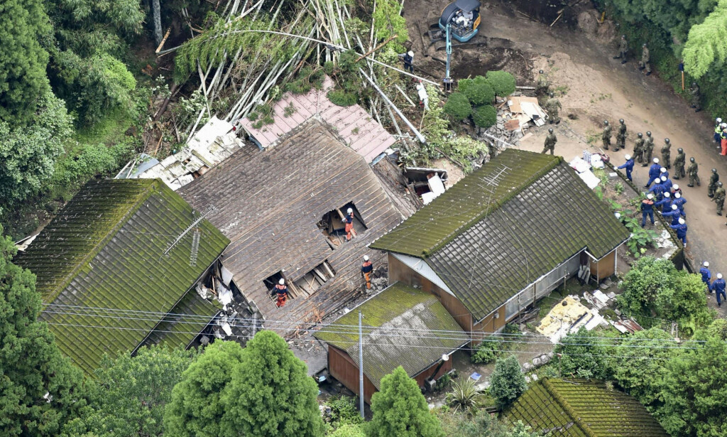 REDNINGSAKSJON: Redningsarbeidere søker etter beboere etter at et hus kollapset i Kagoshima som følge av et jordskred. Foto: Kyodo / Reuters / NTB Scanpix