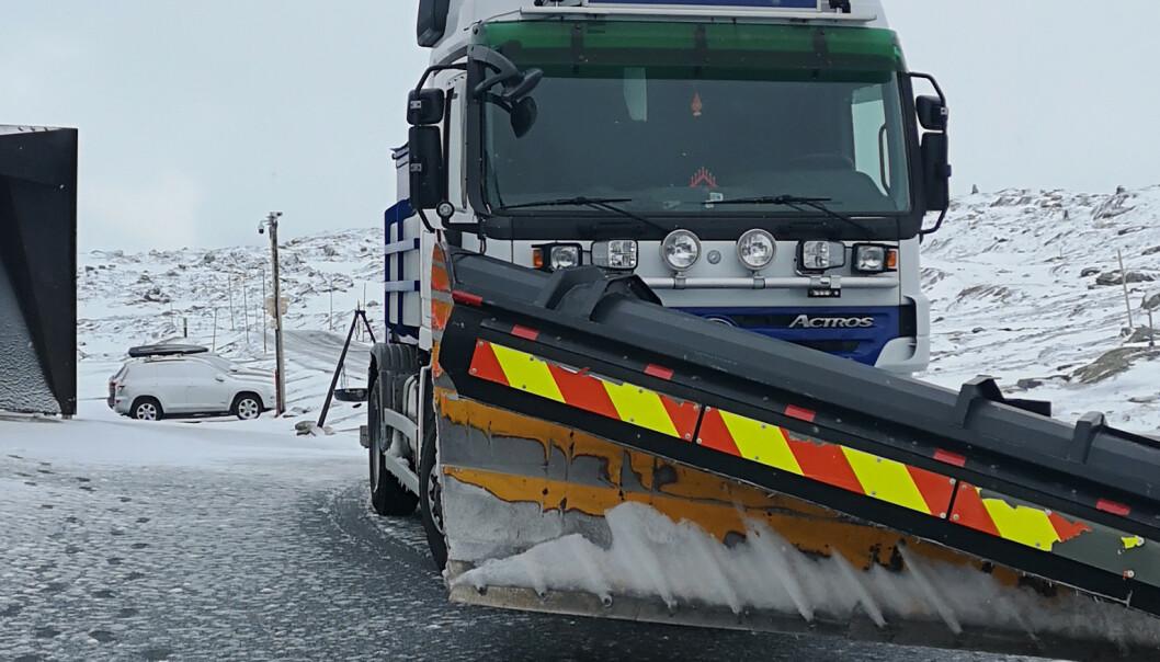Snøvær gir stengte veier og vanskelige kjøreforhold