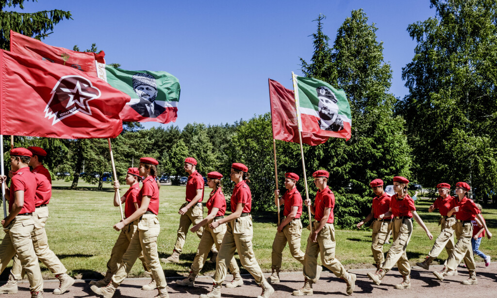 DE ERFARNE: Dette er ungdomshærens uniformer. Snart får også Katja, og vennene i klasse 7-G også tilsvarende uniformer. Foto: Sergej Gratsjov.