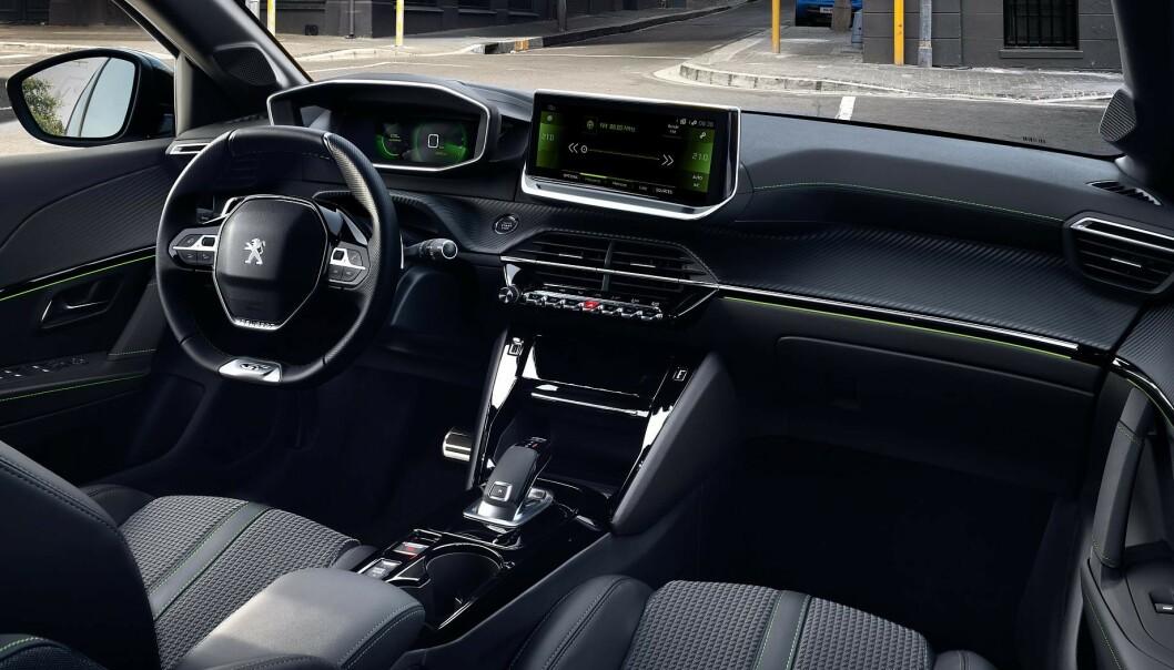 PÅKOSTET: Interiøret i de best utstyrte modellene bærer preg av å være påkostet. Displayet foran rattet vises i en slags 3D-visning. Foto: Peugeot