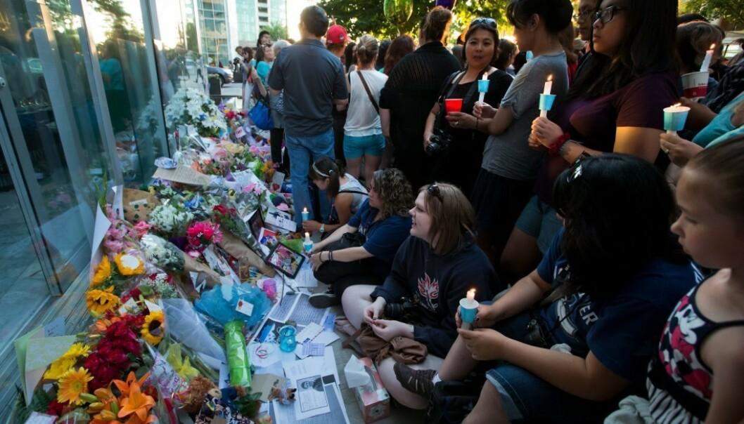 <strong>STOR SORG:</strong> Hundrevis av fans møtte opp utenfor hotellet i Vancouver der stjernen døde. Foto: NTB scanpix