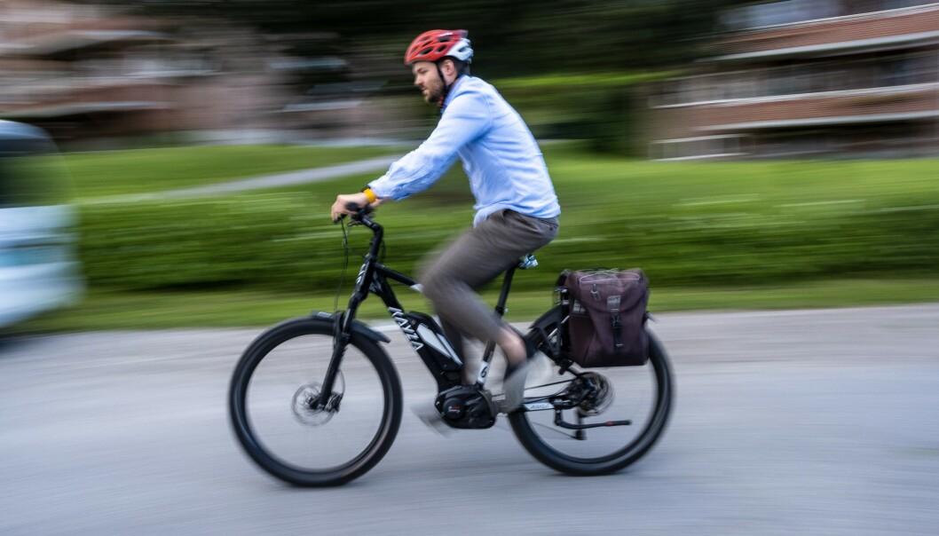 <strong>ELSYKKEL FOR BUSS FOR TOG:</strong> Dinside-journalist Martin Kynningsrud Størbu har sjekket om det går raskere med elsykkel enn med Vys sommertilbud. Foto: PRIVAT