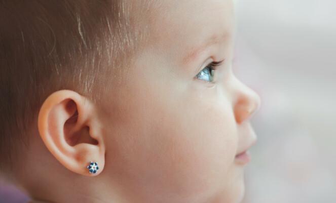 HVOR TIDLIG? Skal, skal ikke vente? Meningene om hvor tidlig det er greit å gi barna hull i ørene, er delte. Foto: NTB Scanpix