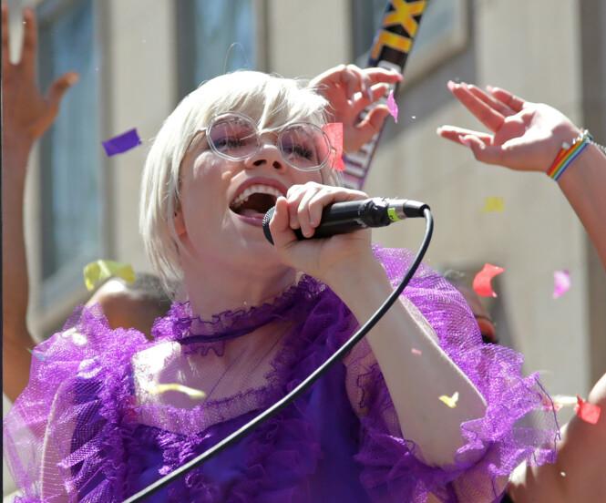 NYTT ALBUM: Jepsen kom nylig ut med et nytt album. Her opptrer hun i Pride-paraden i Toronto, Canada. Foto: NTB Scanpix.