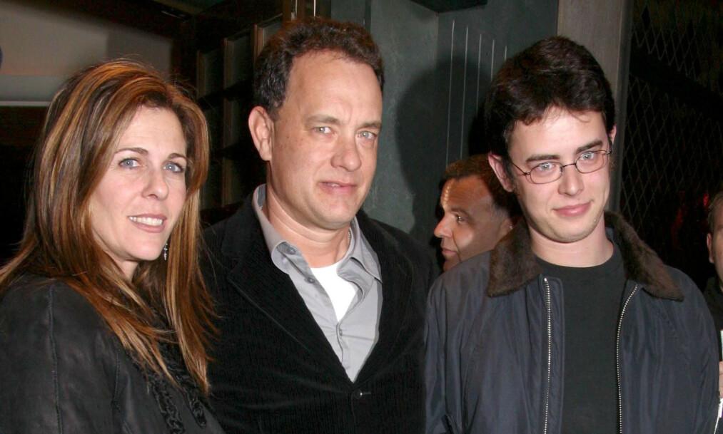 <strong>REKORDFART:</strong> Som 20-åring flyttet Tom Hanks inn med ungdomskjæresten. Som 21-åring ble han far, og innen han var 22 var han gift. Her med sin nåværende kone, Rita Wilson, og sin første sønn, Colin Hanks, i 2002. Foto: NTB Scanpix