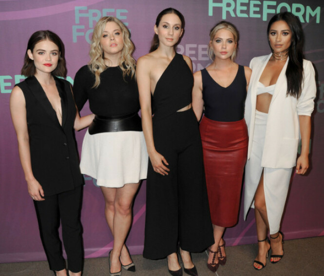 PRETTY LITTLE LIARS: Shay er best kjent fra rollen Emily i tv-serien «Pretty Little Liars». Her sammen med de andre skuespillerne i serien. F.v. Lucy Hale, Sasha Pieterse, Troian Bellisario og Ashley Benson. Foto: NTB scanpix