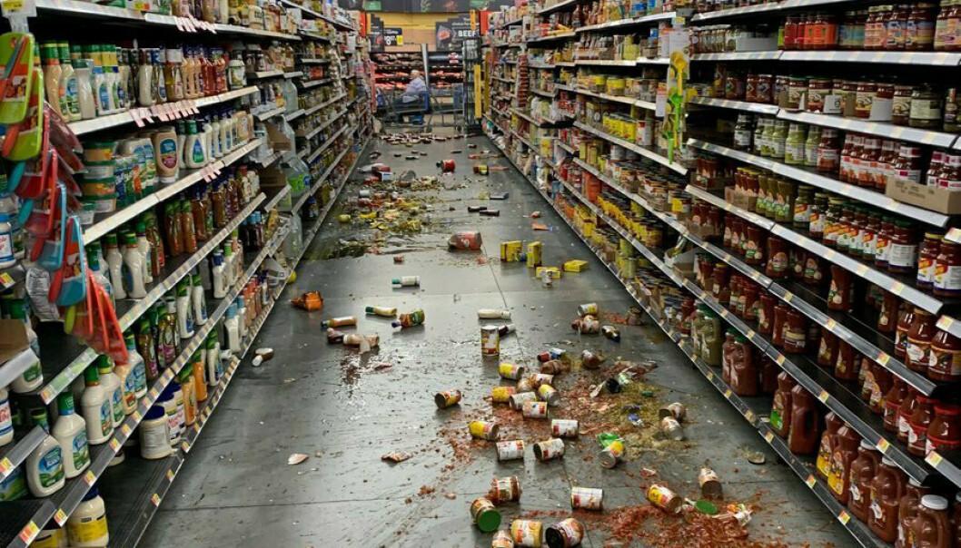 - BLE STERKERE OG STERKERE: En lokal beboer forteller om kraftige bevegelser i huset sitt da jordskjelvet på 7,1 rammet Sør-California natt til lørdag norsk tid. Her har det gått hardt utover Walmart-butikken i Yucca Yalley, California. Foto: Chad Mayes / AP / NTB Scanpix