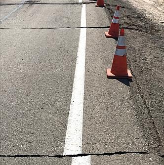 DAGEN FØR: Torsdag rammet et jordskjelv på 6,4 det samme området. Her ser man skadene på Highway 178 i Ridgecrest, California. Foto: NTB Scanpix