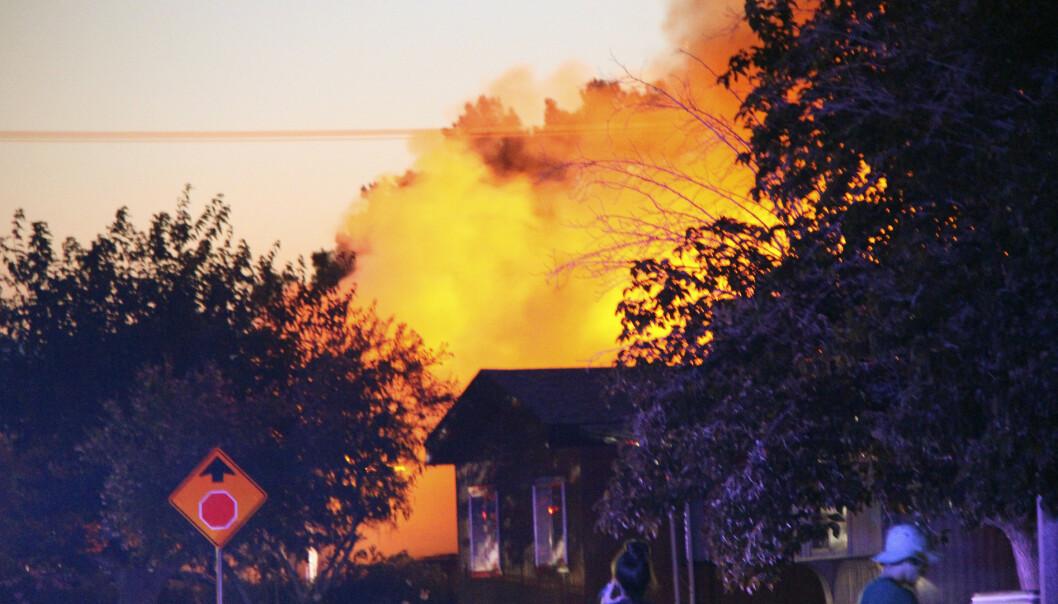 RIDGECREST: En brann brøt ut bak en restaurant i Ridgecrest i kjølvannet av jordskjelvet. Foto: Jessica Weston/The Daily Independent via AP