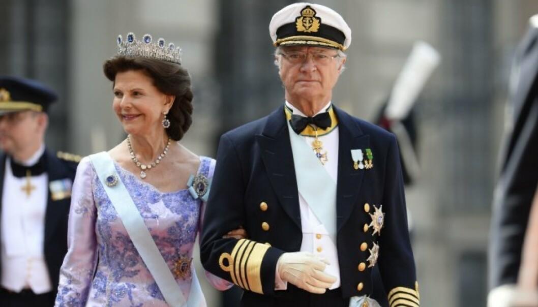 I BRYLLUP: Dronning Silvia og kong Carl Gustaf har mistet en nær familievenn. Her er de i bryllupet til sønnen, prins Carl Phillip, i 2015. Foto: NTB Scanpix