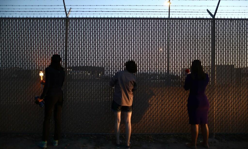 HÅNER DØDE MIGRANTER: Det amerikanske gravemediet ProPublica har avdekket en lang rekke stygge meldinger postet av grenseansatte i US Border Patrols Facebook-side. Her titter aktivister inn i grenseleiren i Clint, Texas, 25. juni i år. Foto: AFP / NTB Scanpix