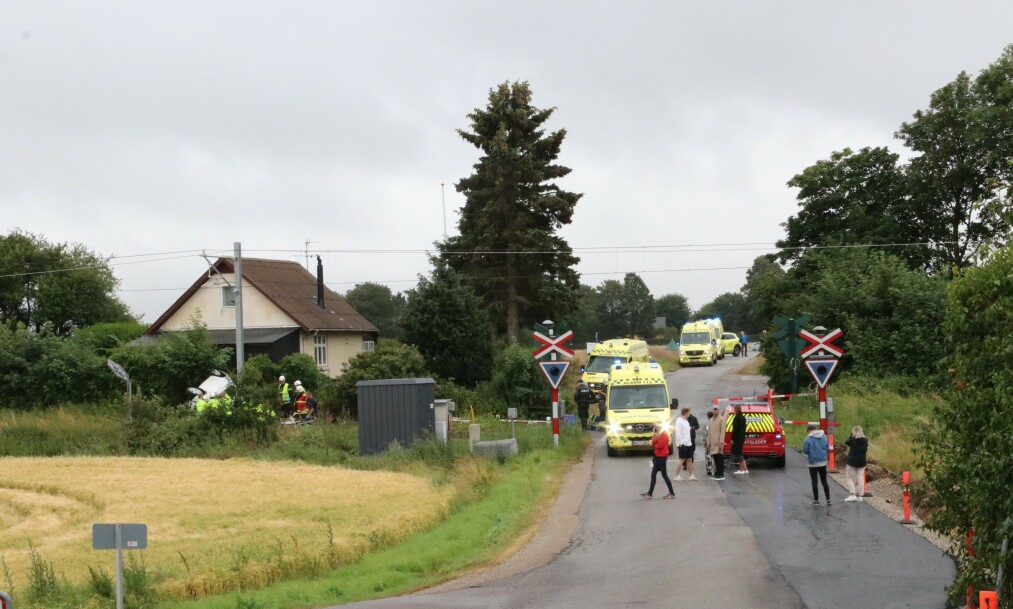 To personer omkom i et sammenstøt mellom et tog en personbil i Djursland i Danmark lørdag. Foto: Per Øxenholt/Ritzau NTB scanpix / NTB scanpix.