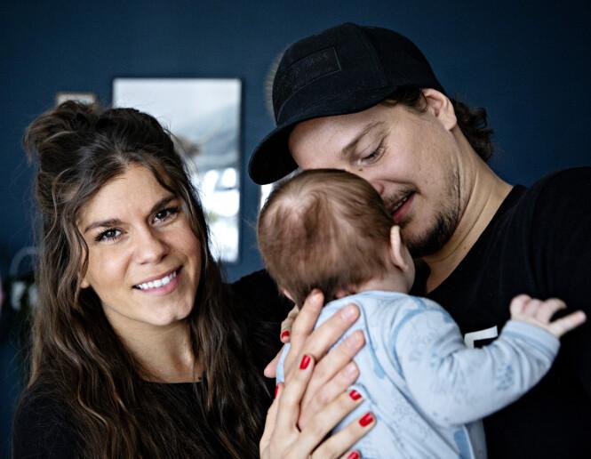 STOLTE FORELDRE: Kristin og Dennis er blitt foreldre til lille Falk. Det har de ikke angret et eneste sekund på. Foto: Nina Hansen / Dagbladet