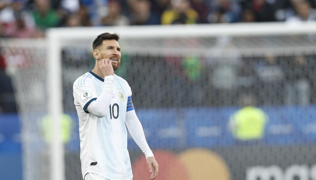 Lionel Messi har vært skarp i uttalelsene etter utvisningen i Copa Americas bronsekamp lørdag. Nå risikerer han straff fra Det søramerikanske fotballforbundet, som har reagert sterkt på uttalelsene. Foto: Victor R. Caivano, AP / NTB scanpix.