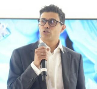 KAN FJERNOPERERE: Ifølge kirurg Naeem Zahid, vil det være mye enklere å fjernoperere pasienter når 5G-teknologien er på plass. Foto: Martin Fjellanger / Telenor