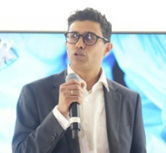 <strong>KAN FJERNOPERERE:</strong> Ifølge kirurg Naeem Zahid, vil det være mye enklere å fjernoperere pasienter når 5G-teknologien er på plass. Foto: Martin Fjellanger / Telenor