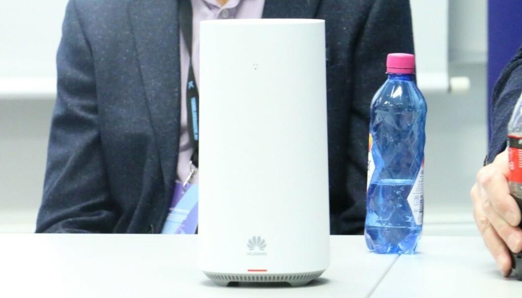 <strong>5G-RUTER:</strong> Her er Telenors første 5G-ruter for private husholdninger. Den er laget av Huawei, som er tungt inne i den norske 5G-utbyggingen. Foto: Martin Kynningrud Størbu