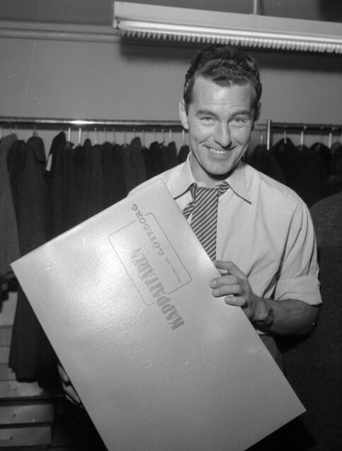 KAPPAHL-GRUNNLEGGEREN: Per-Olof Ahl avbildet i sin første butikk i Gøteborg i 1954. Foto: NTB Scanpix