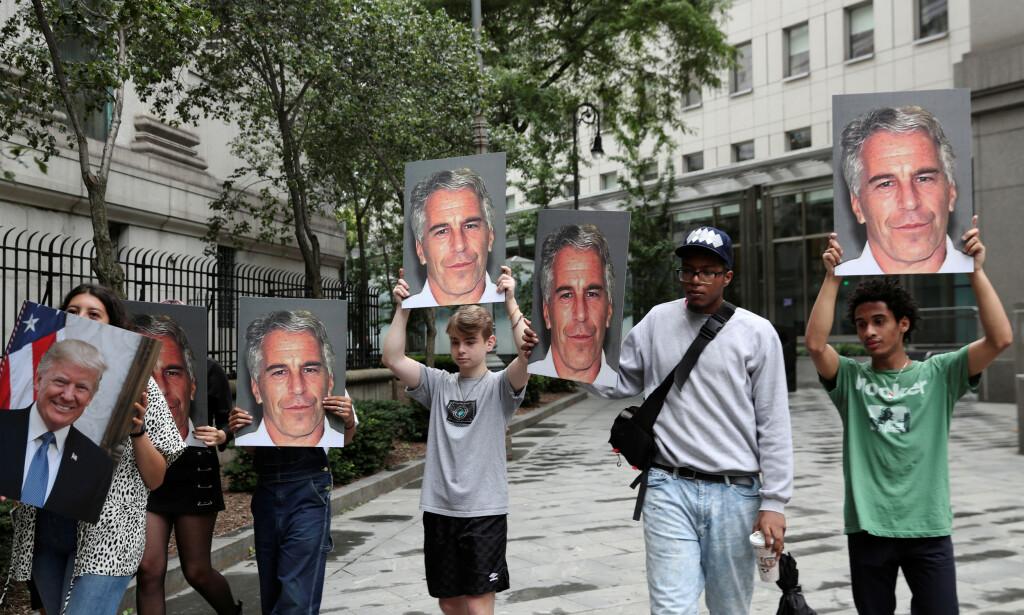 FIRE GANGER EPSTEIN, EN GANG TRUMP: Demonstranter utenfor retten på Manhattan mandag med siste, kjente bilde av Jeffrey Epstein (tatt av sheriffen i Palm Beach i 2008) og ett bilde av hans gamle venn Donald Trump. Foto: Susann Stapleton / Reuters / NTB Scanpix