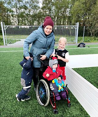 Janniche med begge barna på niesen sin fotballcup. 📸: Privat