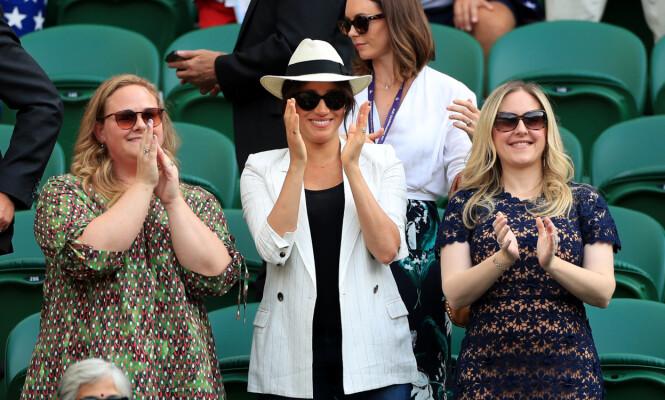 PÅ PLASS: Hertuginne Meghan var til stede under Wimbledon sammen med to venninner forrige uke. Foto. NTB Scanpix