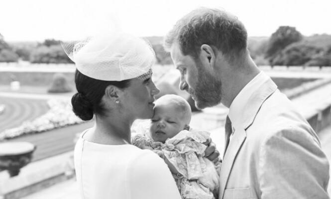 DÅPSBILDE: Dette er ett av bildene hertugparet delte etter dåpen forrige helg. Foto. NTB Scanpix