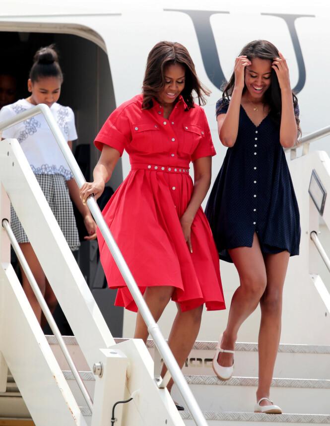 2015: Ekteparet Michelle og Barack Obama prøvde så godt det lot seg gjøre å la døtrene få en så normal hverdag som mulig. Her er Michelle avbildet sammen med Sasha og Malia på vei ut av et fly i Italia. Foto: NTB Scanpix
