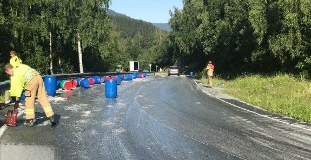 Et vogntog mistet lasten med 50 tønner sild i en skarp sving på fylkesvei 700 i Berkåk i Trøndelag. Foto: Politiet / NTB scanpix