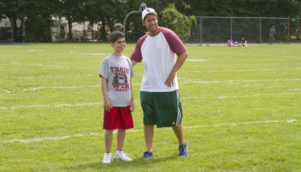 BARNESTJERNE: Cameron Boyce og Adam Sandler i en scene fra «Grown Ups 2». Foto: Columbia/ Kobal/ REX/ NTB scanpix