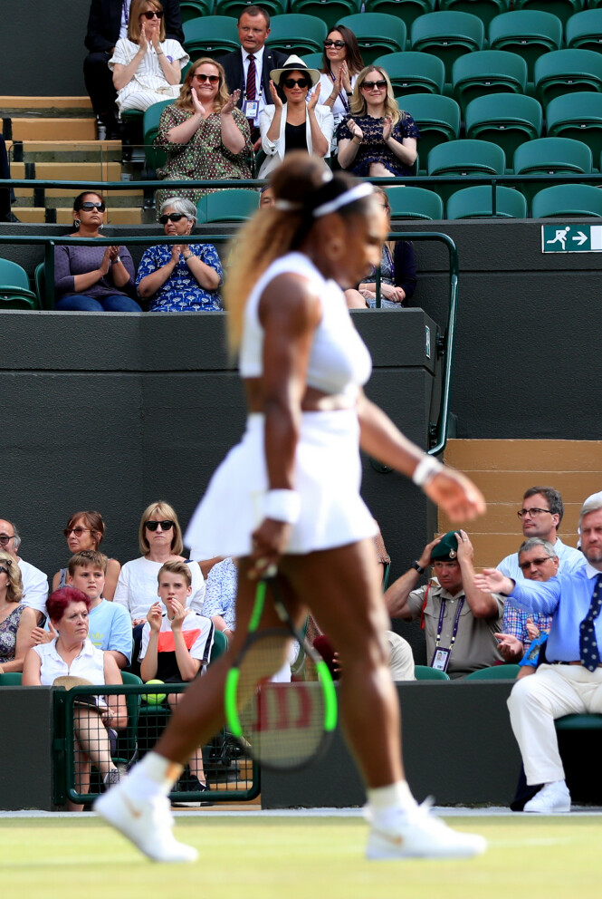 SERENA WILLIAMS: Hertuginne Meghan så venninnen spille under Wimbledon. Foto: Scanpix