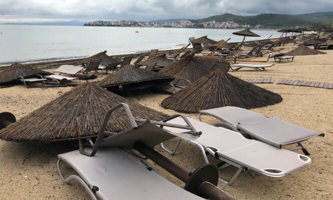 JEVNET MED JORDA: Ei hotellstrand i Porto Carras, Halkidki etter nattas herjinger. Foto: Iona Serrapica / Reuters / NTB Scanpix