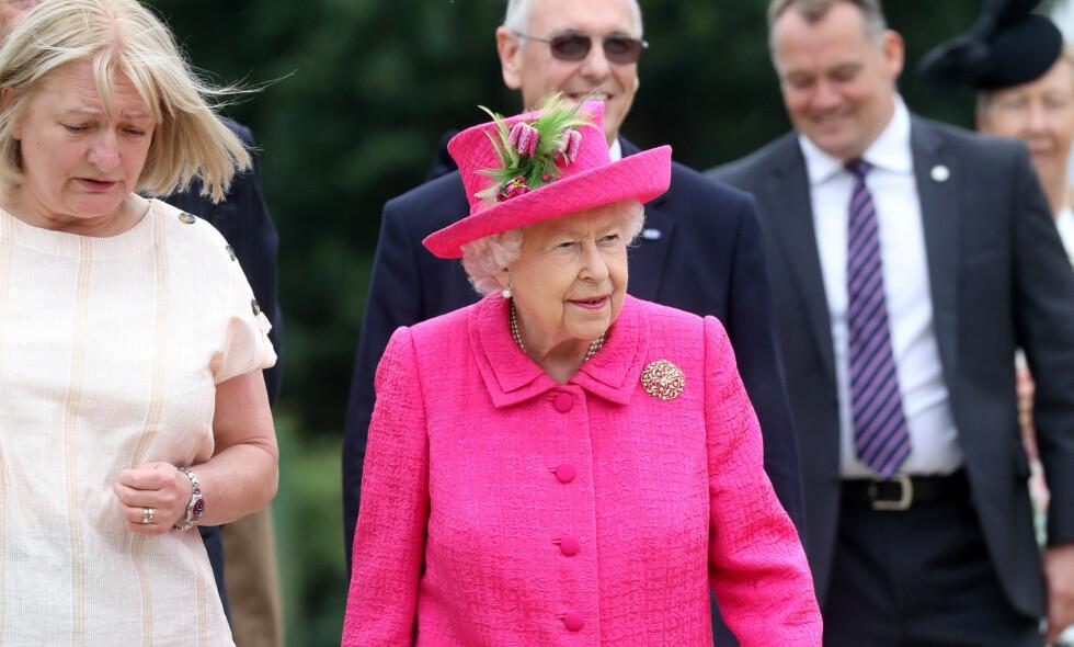 I FARTA: Dronning Elizabeth er 93 år, men fortsatt i fullt arbeid. Her er hun under et besøk i Cambridge 10. juli - bare timer før en inntrenger brøt seg inn i boligen hennes. Foto: NTB Scanpix