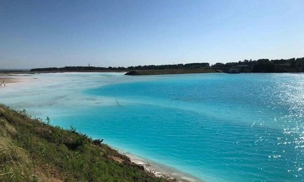 «MALDIVENE»: Den asurblå innsjøen, som egentlig er en askedump, opplever voldsom tilstrømming av turister. Foto: Skjermdump / @maldives_nsk