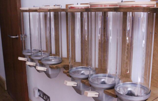 I LØSVEKT: Da Dinside stakk innom boutique, forkant av åpningen i begynnelsen av juli, fikk vi sett nærmere på beholderne som skal huse deler av boutique vareutvalg, som ris, pasta og bønner. Photo: Berit B. Njarga