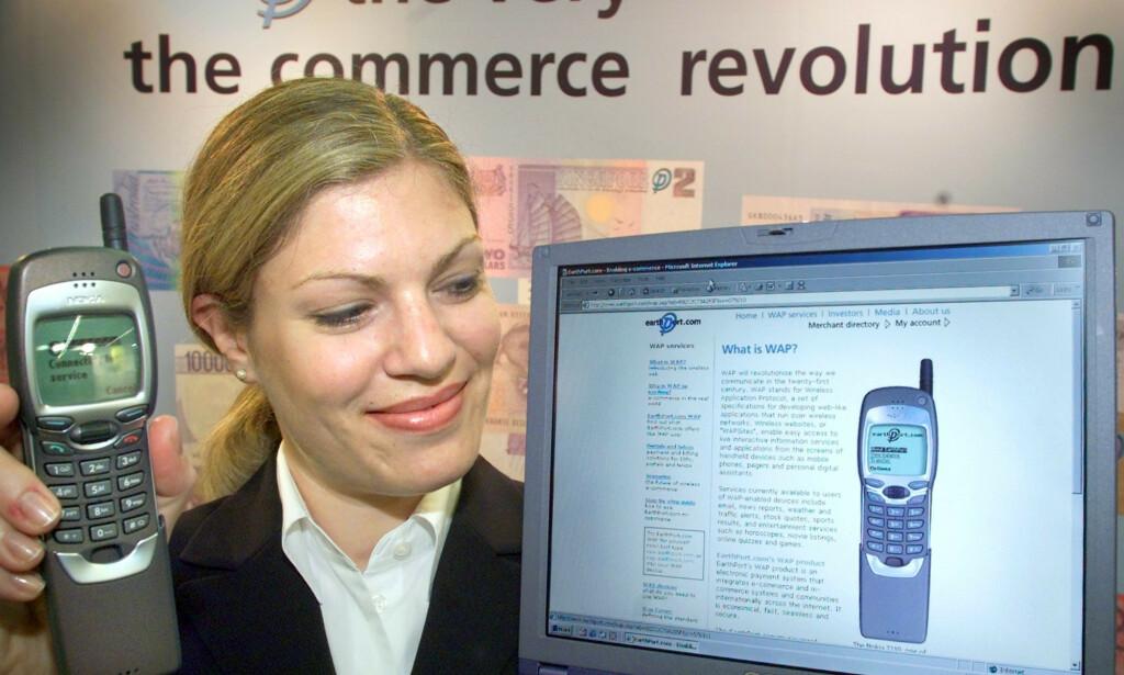 Nokia 7110 var den første telefonen på det norske markedet med WAP-støtte. Her fra InfoBase 2000-messen i Frankfurt. 📸: Frank Rumpenhorst / Scanpix