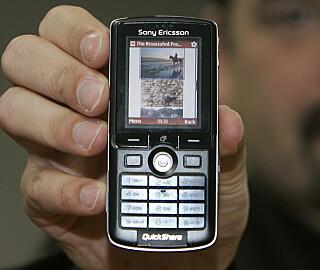 I 2006 så fortsatt nettsider slik ut på mobiltelefoner. Her viser Opera CEO Jon Von Tetsczner frem Opera-nettleseren på en Sony Ericsson-telefon.📸: Lenny Ignelzi / Scanpix